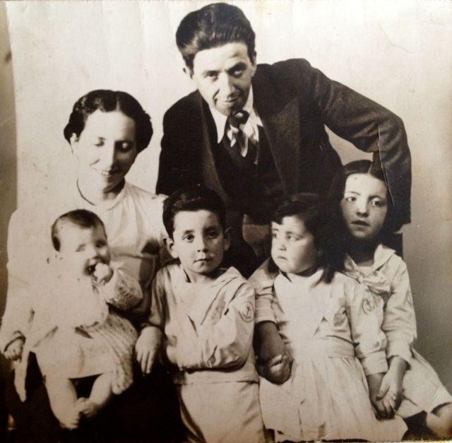 José Romo Vargas y Elena Díaz Loyola. Hijos Dolores (en brazos), Juán José (Pepe, pintor, ingeniero), Rosita, y Judith (poeta).