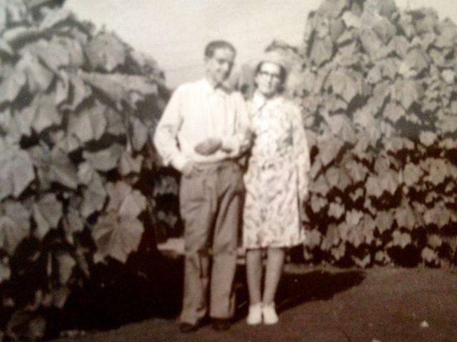 """Los abuelos en casa de tía Dolores (Lola). ca. 1979. Por detrás, abuelita Elena escribió, """"Nuestra última foto juntos""""."""