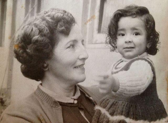 Foto de abuelita Elena conmigo. Población El Polígono, Santiago, Chile. ca. 1953