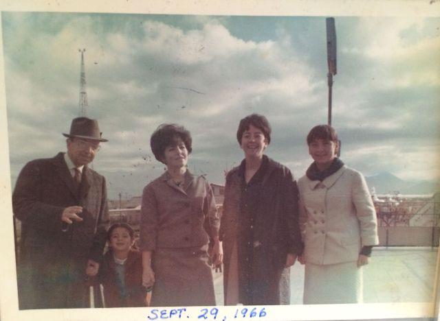 El abuelo José Romo, mi hermana, Claudia Rosa (casi 6 años), tía Dolores, tía Violeta, yo, a los 14 años. Aeropuerto Los Cerrillos, Stgo, Chile, 1966.
